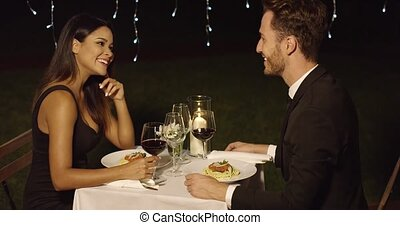 restaurant extérieur, couple, mange, fantaisie, spaghetti