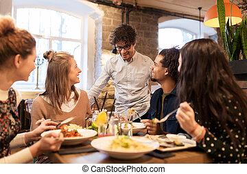 restaurant, heureux, manger boire, amis
