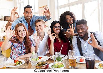 restaurant, heureux, signe, main, projection, ok, amis