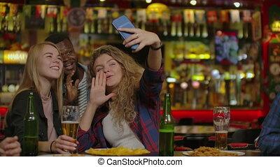 restaurant, selfie, amis, prendre, ou, heureux, bar.