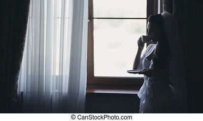 rester, femme, obtenir, jeune, mariée, fenêtre, café, mariage, prêt, boire, voile, morning., ceremony.