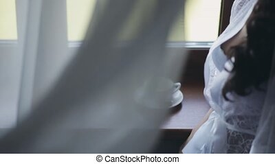 rester, femme, peignoir, gros plan, jeune, élégant, fenêtre, lingerie, tea., boire, blanc, vue