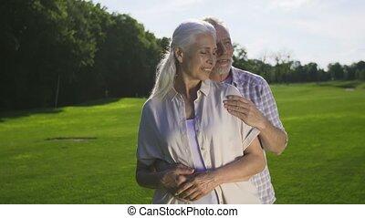 retiré, romantique coupler, moment, tendre, personne agee