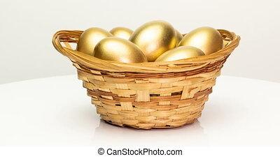 retraite, arrière-plan., investissement, doré, printemps, oeufs, blanc, paques, concept., panier, gros plan, rotation, appareil photo