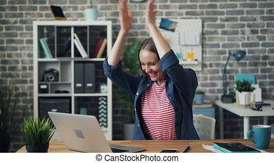 reussite, fonctionnement, ordinateur portable, séduisant, mains, girl, apprécier, applaudir, rire