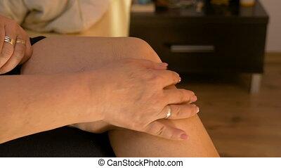 rhumatismal, elle, mariés, lit, femme, closeup, mûrir, genou, soigneusement, maison, masser