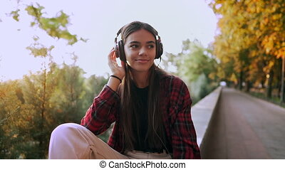 rhythm., par, moderne, étudiant, écouteurs, liberté, écoute, chemise, girl, danse, jeune, jeunesse, rouges, park., plaid, sourires, musique, vie, concept, adolescent