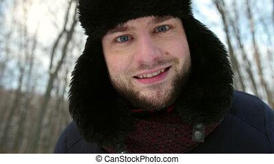 rigolote, appareil photo, regarde, neigeux, homme, chapeau, hiver, portrait, rue