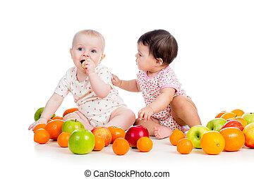 rigolote, badine manger, bébés, sain, isolé, fond nourriture, fruits, blanc