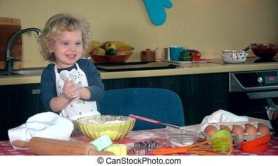 rigolote, désordre, mains, flour., rire, enfant, émotif, girl, applaudissement, cuisine