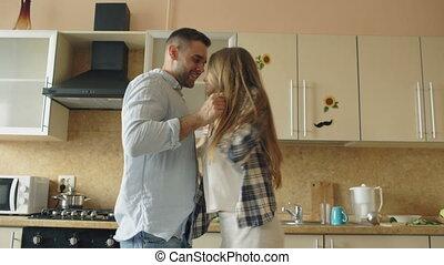 rigolote, danse, couple, cuisine, jeune, quoique, séduisant, amusez-vous, cuisine maison