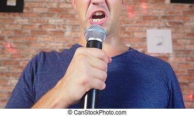 rigolote, fou, lent, chante, 4k, motion., jeune, close-up., homme, microphone., chansons