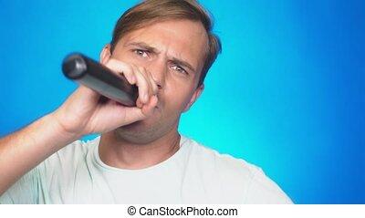 rigolote, fou, lent, chante, couleur, 4k, jeune, mouvement, fond, close-up., homme, microphone., chansons