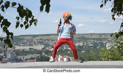 rigolote, fou, mime, toile de fond, pistolet, contre, gun., parapet, city., mouvement, danse, clown