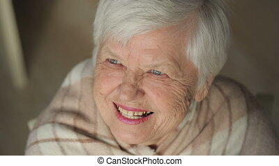 rire, femme âgée