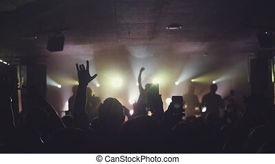 rocher, partying, concert, foule, gens, mains, nuit, slowmotion., téléphone, club., onduler, leur, ventilateurs, affichages, numérique, prise, 1920x1080