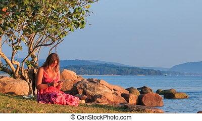 rochers, coucher soleil, iphone, girl, assied, plage, chèques, rouges