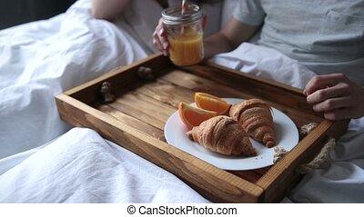 romantique coupler, jeune, lit, petit déjeuner, apprécier