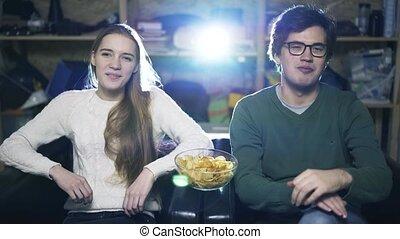 romantique, regarder, couple, jeune, maison, cinema., pellicule