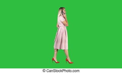 rose, femme parler, chroma, écran, téléphone, vert, key., robe