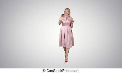 rose, marche, femme, gradient, arrière-plan., appeler, confection, vidéo, sourire, robe