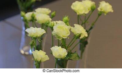 roses, table jaune