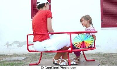 rotation, fille, maman, carrousel
