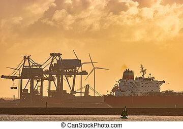 rotterdam, bateau, port, devant, cheminées, plante, pendant, europoort, industriel, cargaison, coucher soleil, hollandais, éolienne
