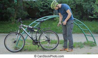 roue, homme affaires, vélo, pompé