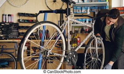 roue, réparation, vélo, workshop., gens fonctionnement, fixation, concept., habile, il, quoique, clé, entretien, petit, professionnel, réparateur, concentré