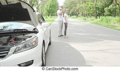 route, dépanneuse, cassé, appeler, service, couple, debout, voiture