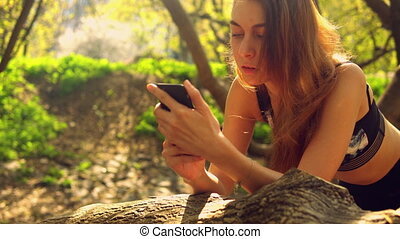 roux, girl, texting, message, dehors