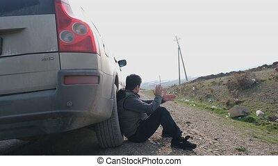 séance, à côté de, homme, agent assurance, camion, ou, voiture, come., remorquage, sien, panne, attente