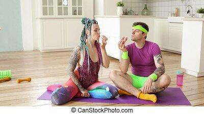 séance, beignets, femme, home., manger, fitness, homme, copule, natte, apprécier