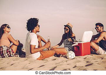séance, dépenser, gens, jeune, ensemble, gai, bière, quoique, temps, time., boire, plage, gentil
