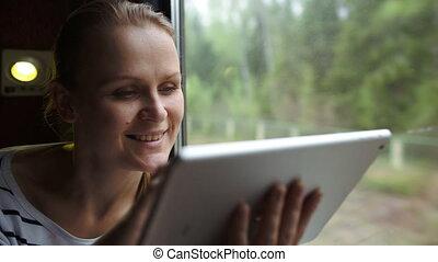 séance femme, jeune, fenêtre, train, tampon, toucher, utilisation
