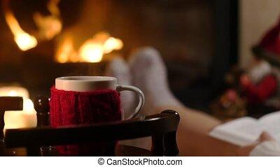 séance femme, tasse, chaud, livre, cheminée, boisson
