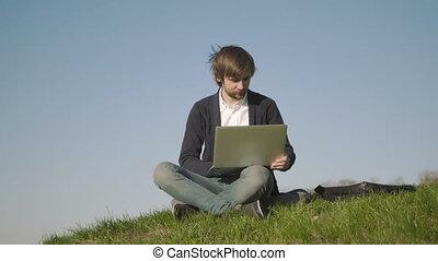 séance, ordinateur portable, parc, jeune, dehors, utilisation, herbe, homme
