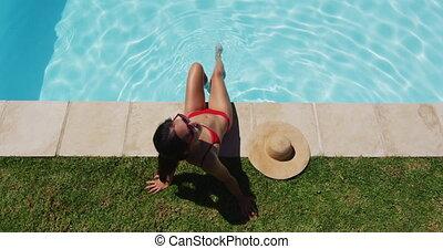 séance, poolside, mélangé, femme prendre bain soleil, course