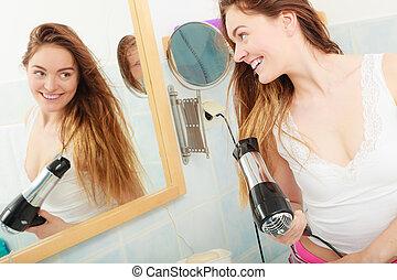 sécher, cheveux long, cheveux, salle bains, femme