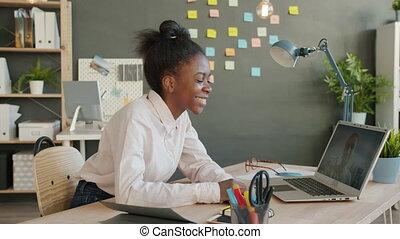 séduisant, américain, conversation, vidéo, girl, ligne, africaine, bureau, ordinateur portable, appeler, type, par