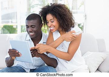 séduisant, couple, divan, regarder, tablette, ensemble, séance