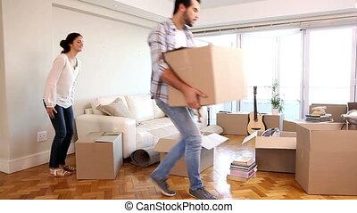 séduisant, couple, en mouvement, boîtes