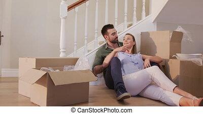 séduisant, maison mouvement, caucasien, nouveau, couple