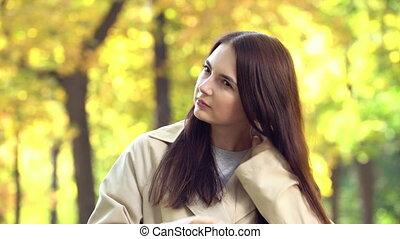 séduisant, tranchée, main, jeune fille, manteau, redresse, cheveux, elle, portrait, ou