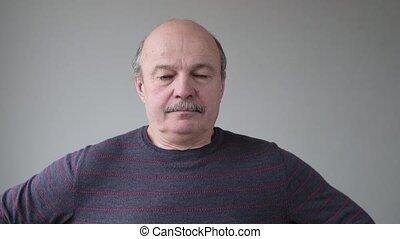 sérieux, hispanique, regarder, confiant, homme aîné, appareil photo