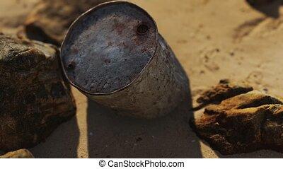 sable plage, baril, huile, métal rouillé