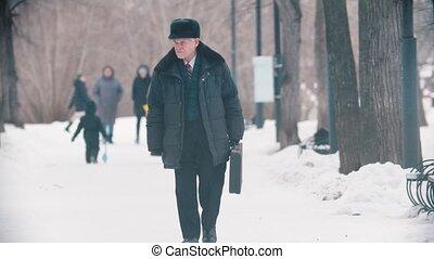 sac, homme âgé, seul, marche, parc, neigeux