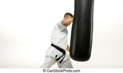 sac sable, karaté pratiquant, arrière-plan noir, blanc, homme, ceinture