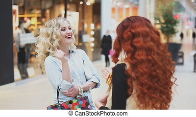 sacs, achats, deux, conversation, centre commercial, femmes